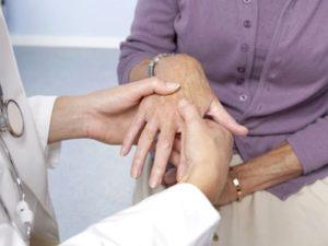 При ревматоидном артрите наблюдается болезненность суставов