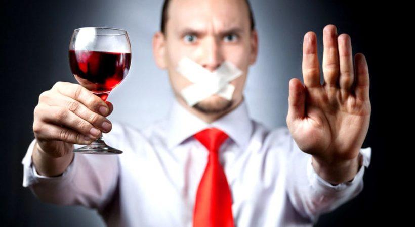 Человек запрещает распитие спиртного