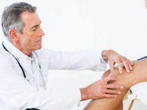 Только врач поможет назначить лечение при ревматоидном артрите коленного сустава