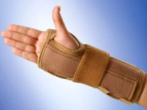 Советы по наложению шины при артрите лучезапястного сустава